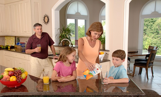 family-drinking-orange-juice-619144_640